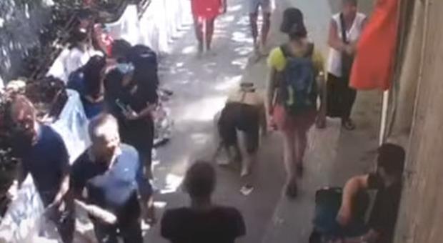 «Uomo cane» tra i turisti a Positano: cammina a quattro zampe col guinzaglio, il video è virale