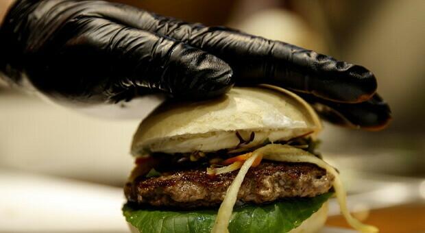 """Il Parlamento europeo non decide, salvo il """"veggie burger"""": legittimo definire carne anche i prodotti vegani"""