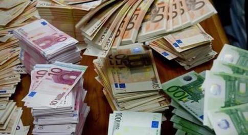 Riceve uno stipendio da 225mila euro per errore: colf prende i soldi e scappa