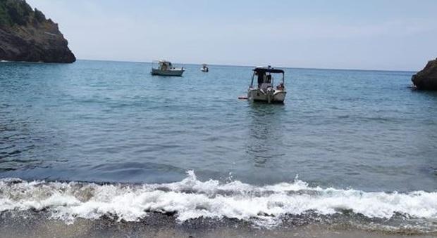 Barche sotto costa e pericolo per i bagnanti, scattano le sanzioni