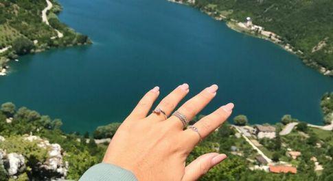 Gita a Scanno di una coppia di fidanzati romani: lui si inginocchia davanti al lago a forma di cuore: «Mi vuoi sposare?»