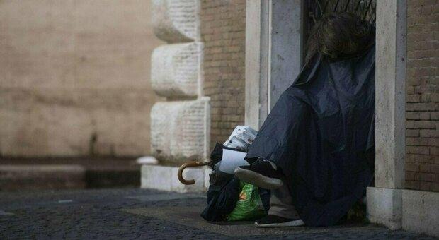 Roma, clochard trova lavoro durante la pandemia: «È stata una svolta, ora ho una vita normale»