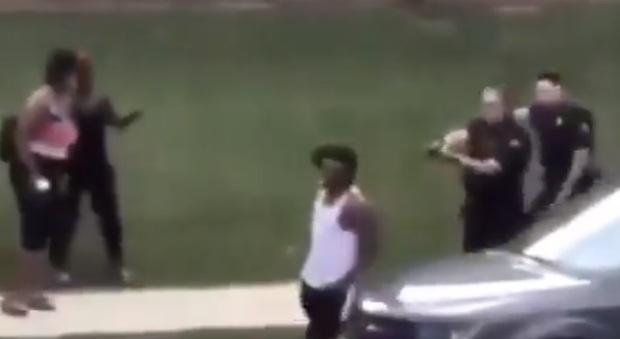Usa, agente spara a afroamericano alla schiena: è grave. Proteste dopo la diffusione del filmato