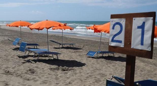 Ostia, riaprono le spiagge. Raggi firma l'ordinanza: «Ma solo per passeggiate»