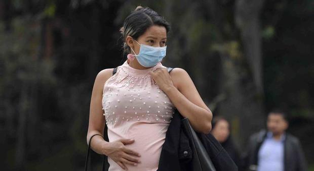Coronavirus in Spagna, donna incinta positiva muore durante il parto: deceduto anche il neonato