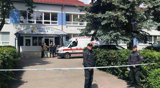 Armato di coltello entra in una scuola in Slovacchia: ferisce alcuni bambini, uccide il vice preside. Arrestato un 22enne
