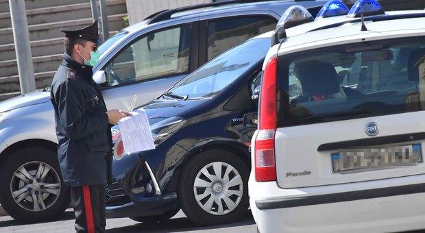 Un carabiniere durante un controllo a un'auto