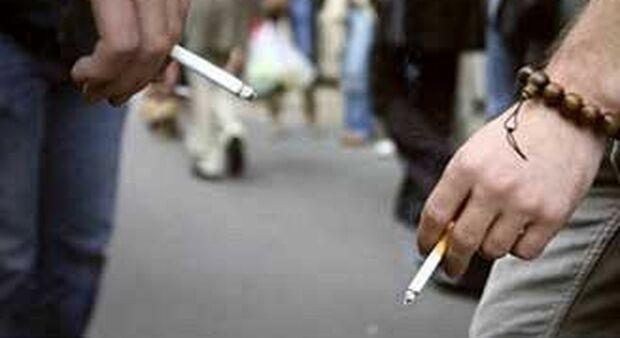 Covid e fumo, da Benevento ad Aulla fioccano i divieti anche all'aperto: «Con la scusa della sigaretta si sta senza mascherina»