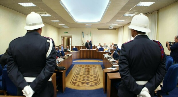Focolaio Covid nel comando vigili urbani di Frosinone, uffici chiusi e polemiche. Il Consiglio comunale resta in streaming