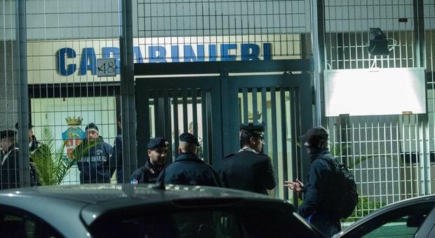 I carabinieri davanti lla caserma dopo l'operazione