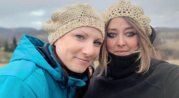 Da sinistra Giulia Alberti e Silvia Bonomi indossano cappelli fatti con la loro lana. Filiera femminile dietro il cachemire dei Sibillini. Giulia Alberti: «Progetto auto finanziato, sempre respinte le domande per fondi pubblici»