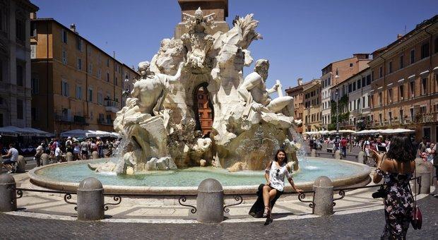 Piazza Navona, nuota nudo nella fontana: denunciato e ...