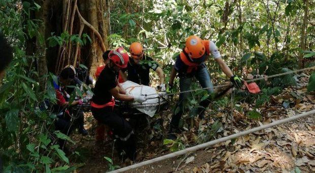 Cede il cavo mentre vola sopra la foresta: morto un turista canadese