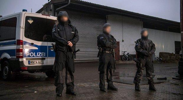 Germania, mega-blitz contro sospetti Isis. Il governo mette al bando gruppo salafita