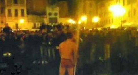 Il turista che si è spogliato a Campo de' Fiori