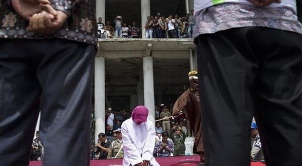 Islam radicale, fustigate in pubblico per aver infranto la Sharia: avevano fatto sesso fuori dal matrimonio