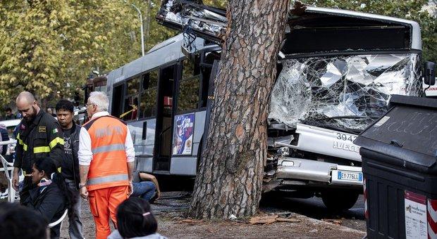 Incidenti, sassaiole, mezzi che esplodono la vita spericolata dei pendolari Atac