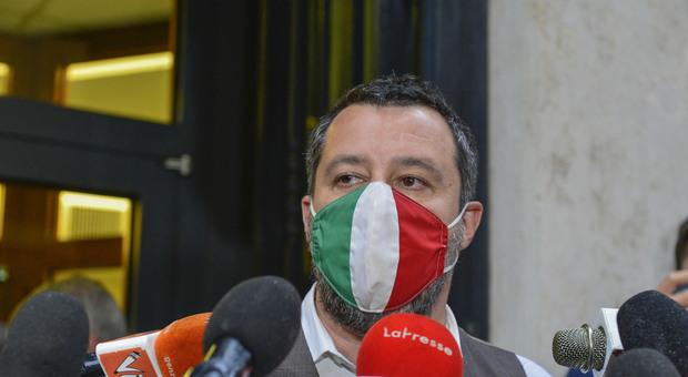 Salvini e l'ironia sul degrado della Capitale: «Se a Ponte Milvio non fai l'aperitivo con il cinghiale, sei fuori moda»