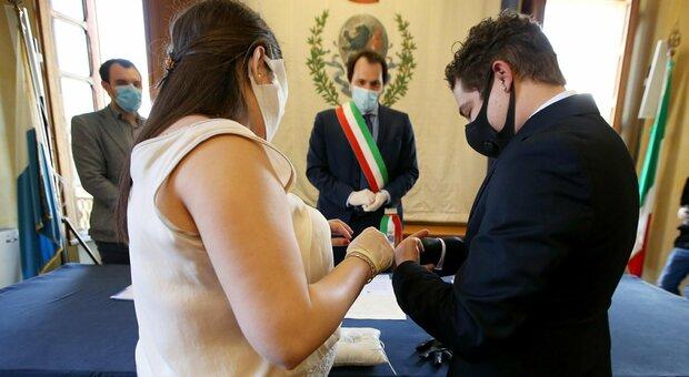 Covid, dai matrimoni ai funerali: ecco dove il contagio corre. E spuntano le cene elettorali
