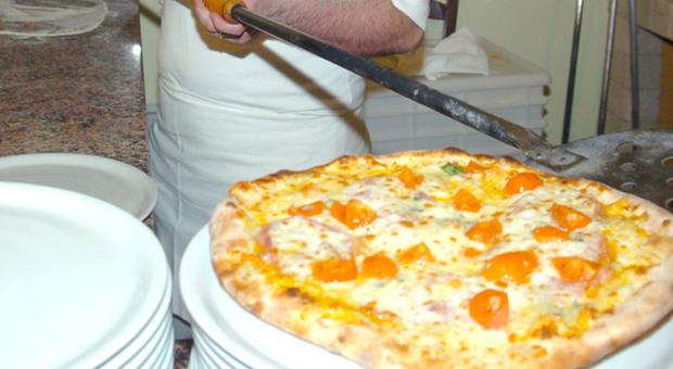 Sbaglia l'impasto per la pizza accoltellato dal collega