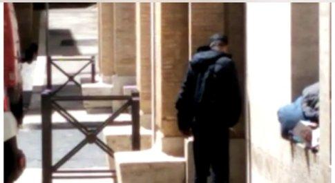 Degrado a San Pietro, l'angolino del palazzo dei cardinali diventa un vespasiano open air
