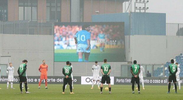 Lutto al braccio e omaggio al minuto 10: così la Serie A omaggia Maradona