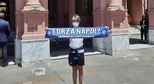 """""""Diego, Napoli è qui"""". Una famiglia italiana: «Abbiamo portato a Maradona il panorama unico della nostra città»"""