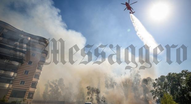 Latina, incendio tra le case: il fuoco minaccia tre quartieri Diretta
