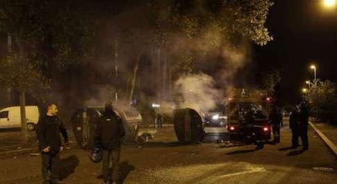 Tor Sapienza, scoppia di nuovo la rivolta anti-immigrati: scontri e cariche, almeno 15 feriti