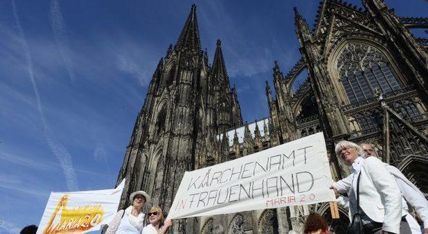 Le proteste delle donne davanti al duomo di Colonia