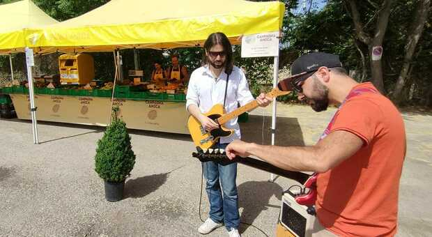 I gualdesi Rio Sacro improvvisano un concerto al mercato contadino conquistando clienti e produttori