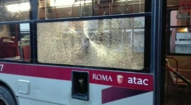 Roma, giallo nel deposito Atac, cinque spari contro le vetture: indaga la polizia