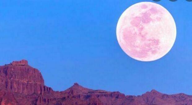 Luna di fragola, stasera occhi puntati al cielo: a che ora vederla e perché si chiama così