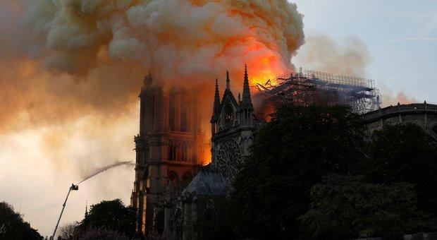 Incendio a Notre-Dame, Vittorio Sgarbi: Questo pianto generale è inutile