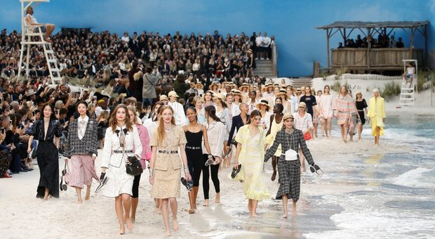 La spiaggia diventa una passerella per Chanel