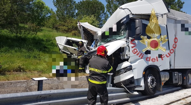 Schianto tra due Tir in A25: morto un autista