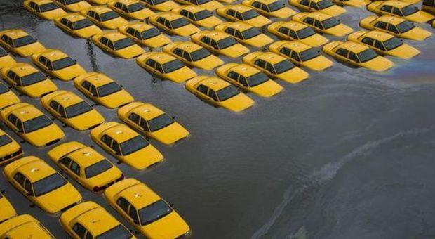 Taxi sott'acqua dopo il passaggio di Sandy