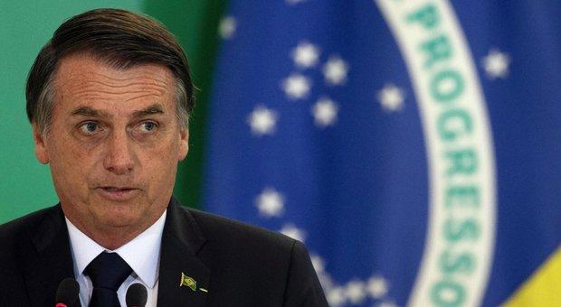 «Bolsonaro ha sintomi del coronavirus», oggi i test decisivi. Ma è giallo in Brasile