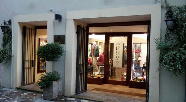 Foligno, caccia alla coppia che ruba di pomeriggio: saccheggiato negozio di abbigliamento in centro.