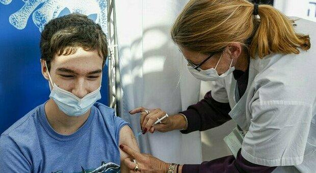 Vaccino a 12 anni, l'ok dell'Ema non basta. La rivolta dei genitori: «Mai ascoltati, serve il nostro consenso»