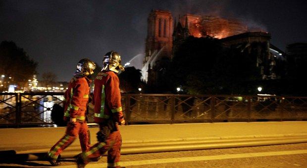 Notre-Dame, salve la corona di spine di Cristo e la tunica di San ...