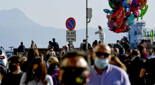 Covid a Napoli, De Magistris contro De Luca: «Lungomare affollato? Impossibile chiudere la città»