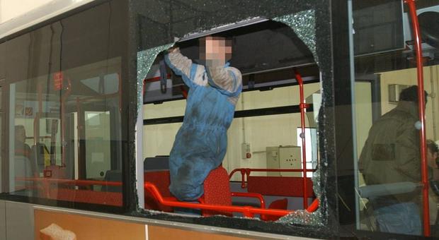 Roma, autista dell'autobus non vuole farlo salire con la bici: lui lo ferisce spaccando il vetro