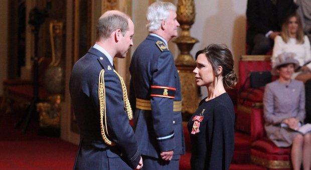 Victoria Beckham riceve una medaglia dal principe William per il suo lavoro come stilista