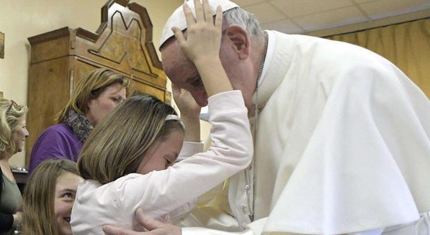 Il papa fra i bambini ciechi e gli anziani del centro sant for Disegni del mazzo del secondo piano