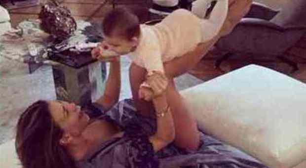 Claudia Galanti, morta la figlia di 9 mesi. Verissimo: «Siamo vicini a lei e Arnaud»
