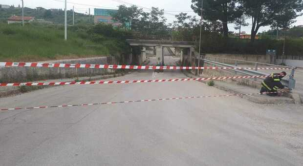 Problemi al cavalcavia della statale 80, chiusa la strada