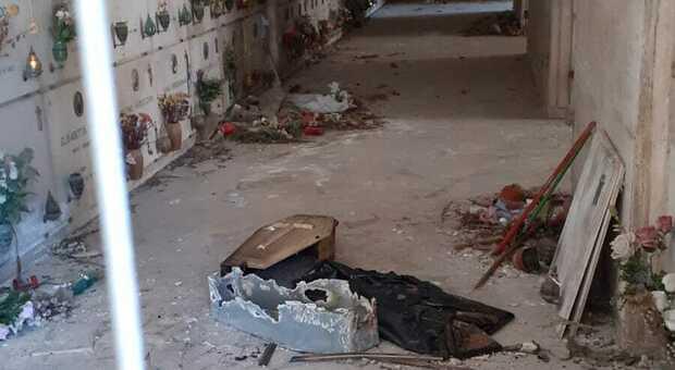 «Bare di piccoli defunti abbandonate nei viali del cimitero: una vergogna»