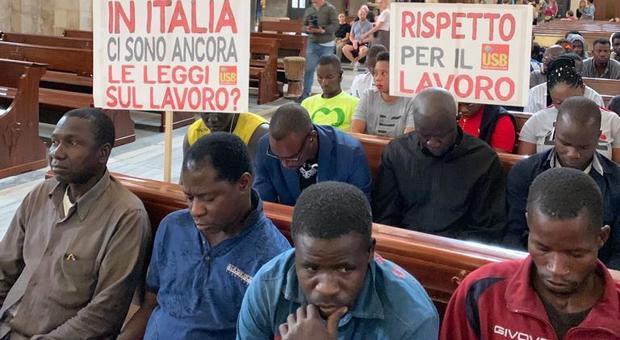 Migranti, i braccianti stranieri occupano la Basilica di San Nicola a Bari: «Siamo sfruttati»