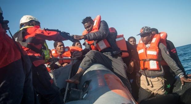 Seawatch, soccorse 60 persone al largo della Libia